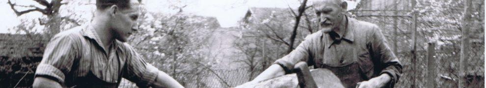 Die Wagnermeister Heinrich Krieg jun. und Heinrich Krieg sen. 1944 beim Sägen eines Baumstammes